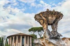 Roman Fountain von Triton (durch Carlo F Bizzaccheri) und Basilika der Heiliger Maria in Cosmedin Stockfotografie
