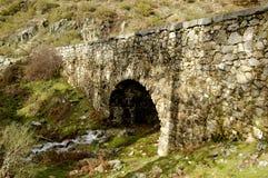 roman gammal over flod för bro Arkivbild