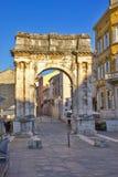 Roman Gate dorato in Pola, Croazia Fotografie Stock