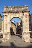 Roman Gate dorato in Pola, Croazia Immagini Stock