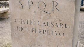 Roman het schrijven van en bas-hulp keizereraarcheologie Italië voorraad SPQR-inschrijving op de muur stock video