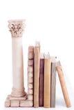Roman kolom bookend en oude boeken Stock Foto