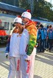 Roman Kostomarov och Tatiana Navka på den olympiska facklarelän Fotografering för Bildbyråer