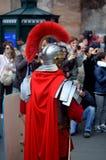 Roman leger dichtbij colosseum bij oude Romeinen historische parade stock afbeelding