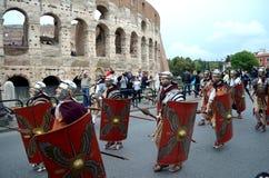 Roman leger dichtbij colosseum bij oude Romeinen historische parade Stock Foto