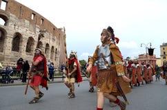 Roman leger dichtbij colosseum bij oude Romeinen historische parade Stock Fotografie
