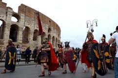 Roman leger dichtbij colosseum bij oude Romeinen historische parade Stock Foto's
