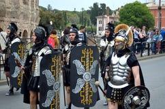 Roman leger dichtbij colosseum bij oude Romeinen historische parade Royalty-vrije Stock Foto's
