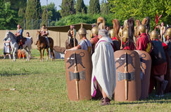 Roman Legionary Soldiers antiguo y caballería céltica en el Histo Fotos de archivo libres de regalías