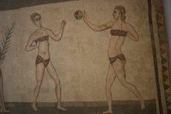 Roman meisjes in bikinis op mozaïekvloer stock fotografie