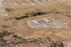 Roman Mosaics Ruins en la iglesia bizantina antigua en Jordania imágenes de archivo libres de regalías