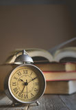 Roman Numeral dans le réveil de vintage et les WI ouverts de fond de livre Images libres de droits