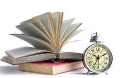 Roman Numeral in sveglia d'annata e libro lanciare con la parte posteriore Fotografia Stock Libera da Diritti