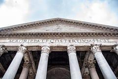 Roman Pantheon - detaljerad fr?mre nedersta sikt av ing?ngen med kolonner och trumman italy rome royaltyfri bild