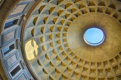 Roman Pantheon med reflexion för blå himmel och solfrån kupolhålet Arkivbild