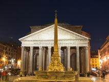 Roman Pantheon Square vid natt Arkivfoton