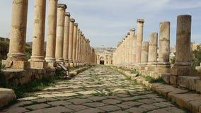 Roman ruïnes in de Jordanian stad van Jerash Gerasa van Antiquiteit, hoofd en grootste stad van Jerash-Gouvernement, Jordanië stock footage