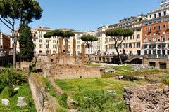 Roman ruïnes in het midden van de stad van Rome stock foto