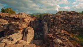Roman Ruins de Sarmizegetusa em Deva, Romênia - tiro largo do slider filme