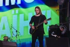 Roman Skorobahatko gitarrist av den ukrainska progressiva popmusikbandet Hardkissen på den Roshen springbrunnen, Vinnytsia, Ukrai arkivfoton