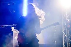 Roman Skorobahatko gitarrist av Hardkissen, Roshen springbrunnöppning, Vinnytsia, Ukraina, 21 04 2018 arkivbild