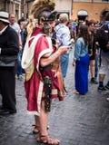 Roman Soldier à l'aide de son téléphone portable dans la rue Photo stock