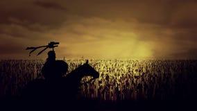 Roman Soldier épique sur un cheval tenant le Draco devant l'armée massive avant bataille illustration de vecteur