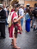 Roman Soldier die zijn cellphone in de straat gebruiken Stock Foto