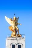 Roman standbeeld op de bovenkant van kerk Stock Afbeelding