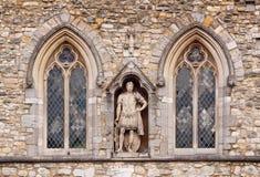 Roman Standbeeld tussen Vensters Royalty-vrije Stock Fotografie