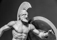 Roman standbeeld van strijder in helm stock afbeeldingen