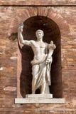 Roman Statue antigo na alcova da parede de tijolo Fotos de Stock Royalty Free