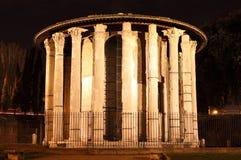 roman tempel för forntida natt arkivbild