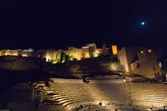 Roman Theater och Alcazaba i Malaga på natten arkivfoton