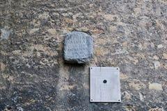 Roman Tombstone antigo na parede velha, Zagreb, Croácia imagem de stock