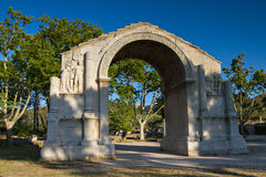 Roman triomfantelijke boog in Glanum stock foto's