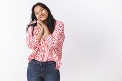 Romance, день Святого Валентина и концепция любов Нежная молодая очаровательная азиатская женщина полагаясь на плече милом и отжи стоковое изображение