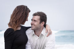 Romance отношение любовников океана пляжа влюбленности пар захвата Стоковое фото RF