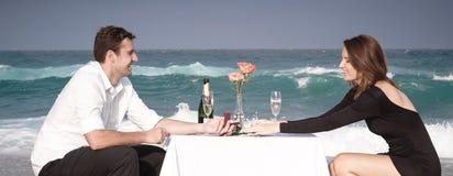 Romance отношение любовников океана пляжа влюбленности пар захвата Стоковые Фотографии RF