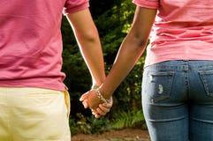 Romance adolescente - par interracial Fotos de archivo libres de regalías