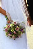Romance: Brautblumenstrauß - Holding-Hände Stockfotos