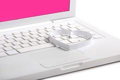 Romance. Corazón en una computadora portátil. Fondo blanco. Imagen de archivo libre de regalías