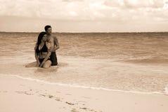 Romance : Couples de plage Photos stock
