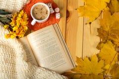 Romance d'automne Livre, fleurs et cappuccino aromatique image libre de droits