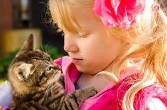 Romance d'enfant et de chat Image libre de droits