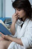 Romance de lecture de jeune femme Photo stock