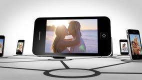 Romance de los pares en la pantalla del smartphone almacen de video