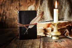 Romance della candela della penna del libro Fotografie Stock