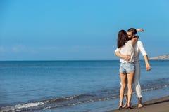 Romance des vacances : couples dans l'amour sur la plage flirtant Image libre de droits