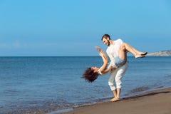 Romance des vacances : couples dans l'amour sur la plage flirtant Photo libre de droits